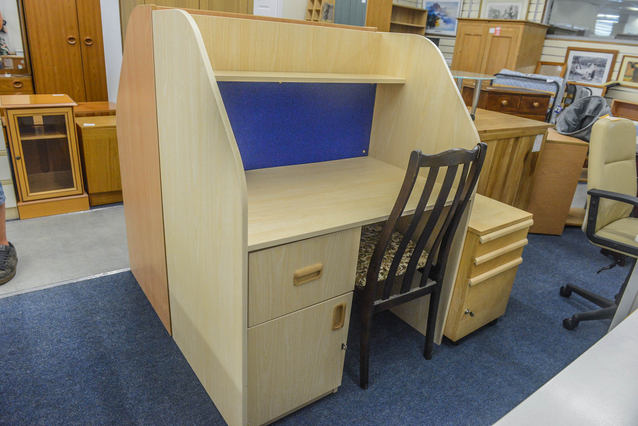 Workstation Desk with removable pedestal for left hand or right hand set up. 1m wide, 65cm deep, 1.28m tall.