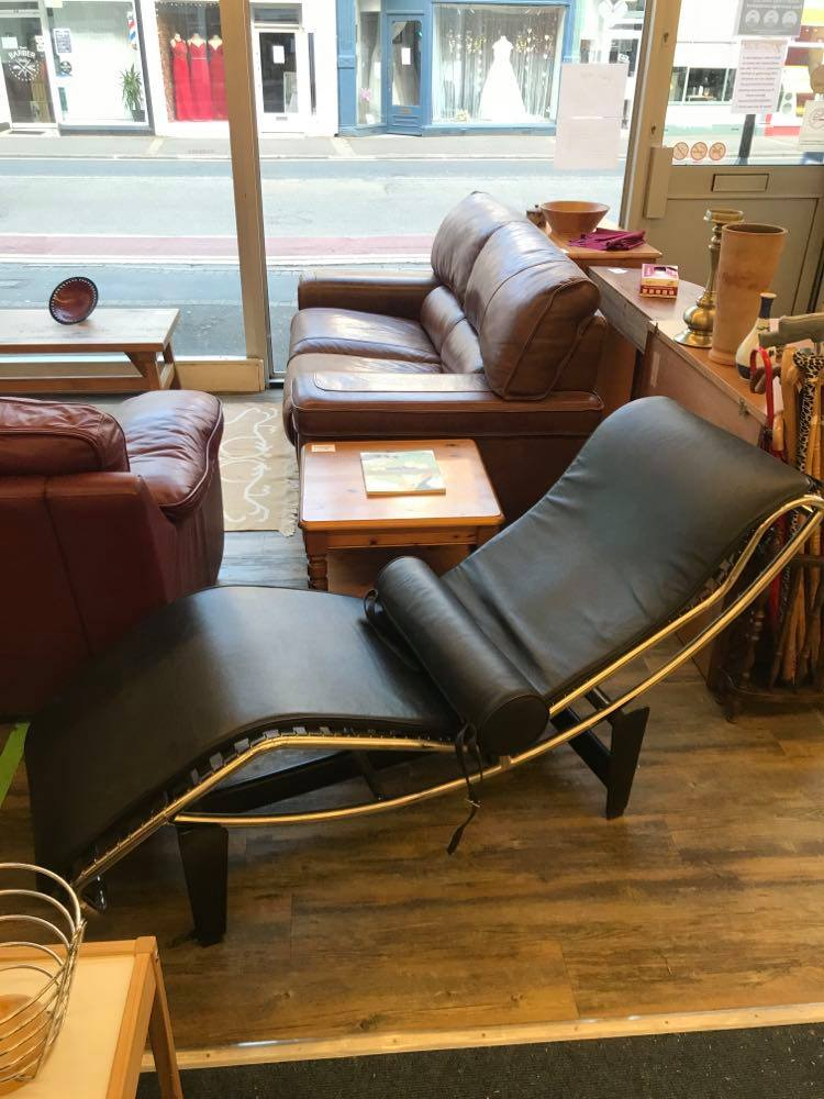 Black leather Corbusier LC-4 style Chaise Longue in lovely condition.